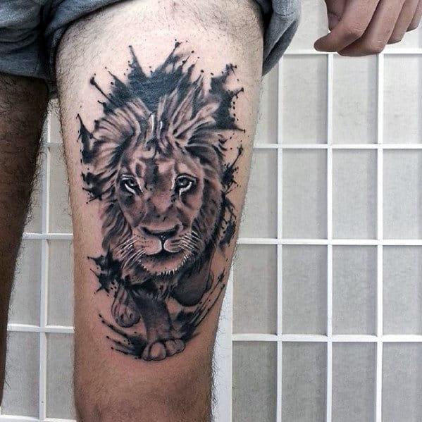 tatuagem na coxa masculina de leão