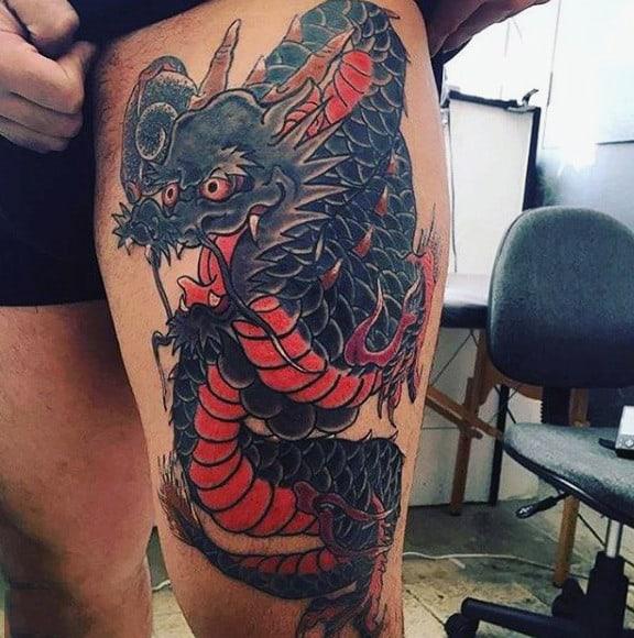 tatuagem na coxa masculina dragão