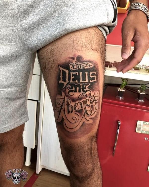 tatuagem na coxa masculina escrita religiosa