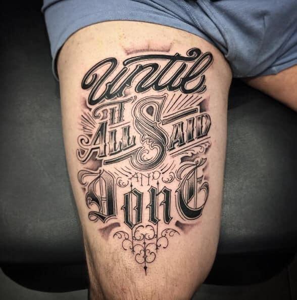 tatuagem na coxa masculina escrita