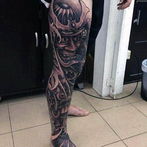 tatuagem na coxa masculina fechada preta