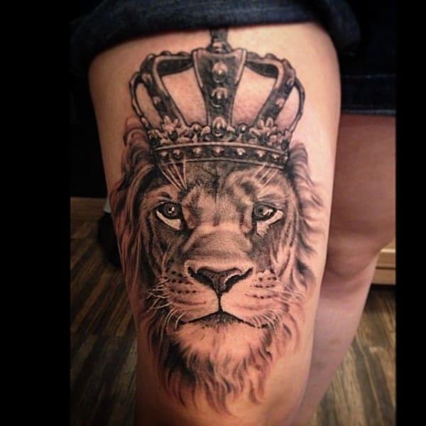 tatuagem na coxa masculina leão com coroa