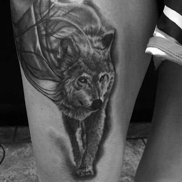 tatuagem na coxa masculina lobo de pé