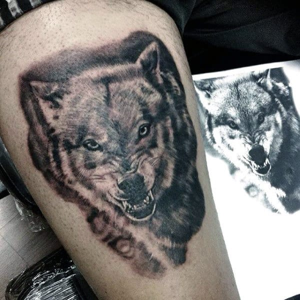 tatuagem na coxa masculina lobo escuro