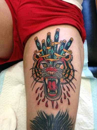 tatuagem na coxa masculina old school tigre