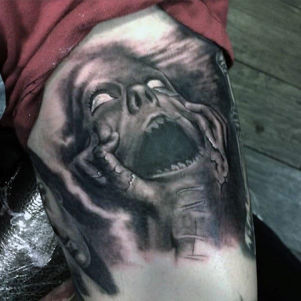 tatuagem na coxa masculina realista sombreada