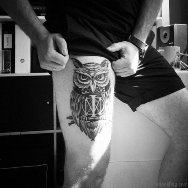 tatuagem na coxa masculina sombreada de coruja