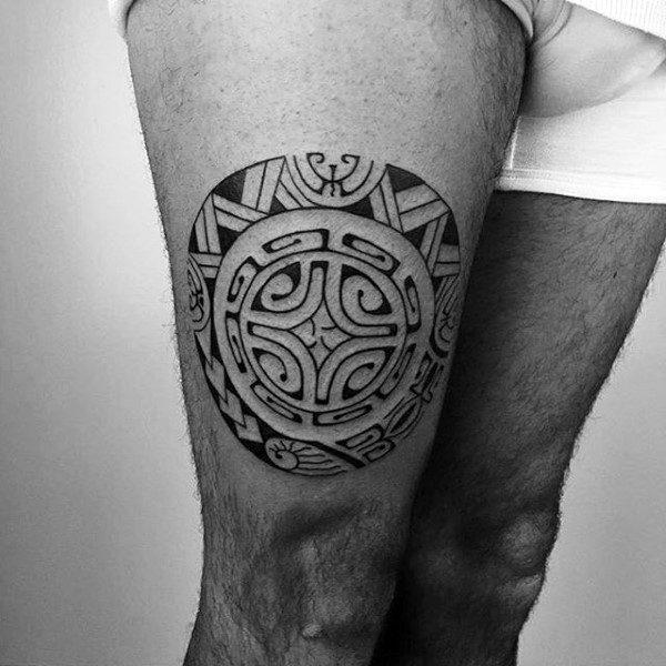 tatuagem na coxa masculina tribal circulo