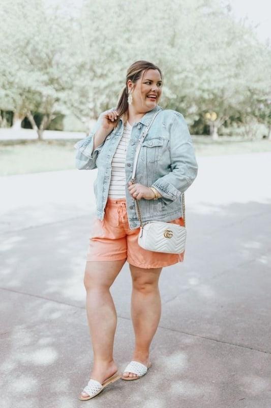 look verão com short e jaqueta jeans plus size