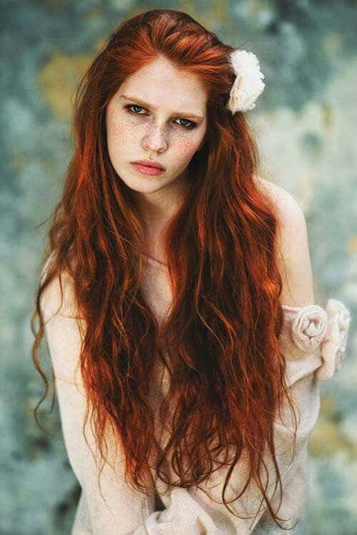 cabelo longo e natural ruivo escuro