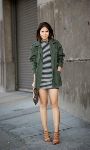 look com vestido e parka verde militar