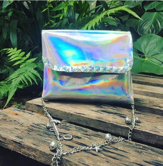 bolsa holográfica com alça de corrente