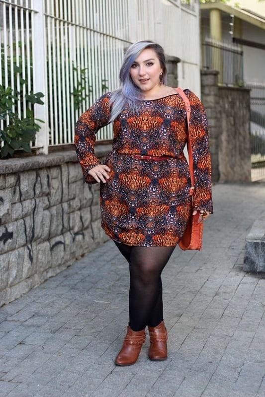 look de inverno com vestido e meia calça plus size
