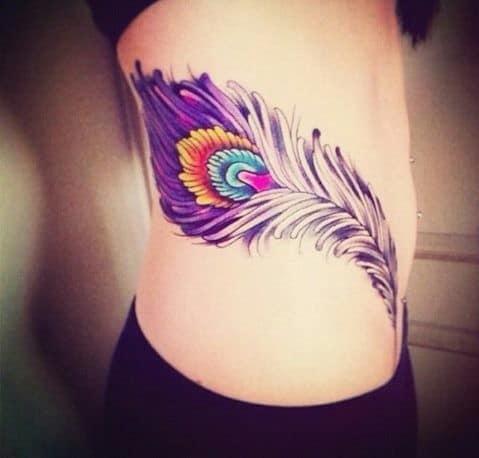 tattoo grande de pena na cintura