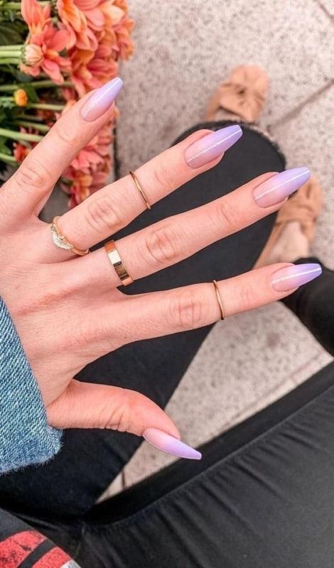 unhas decoradas com esmalte lilás
