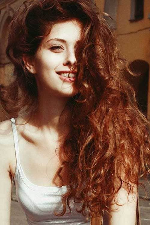 cabelo ondulado e ruivo natural