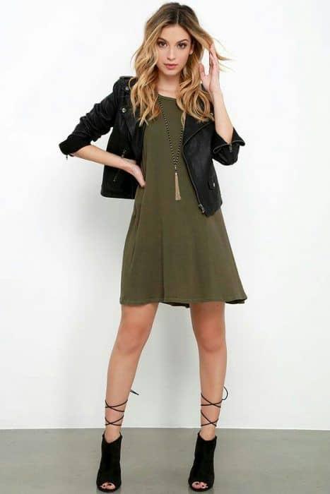 vestido verde militar com jaqueta de couro