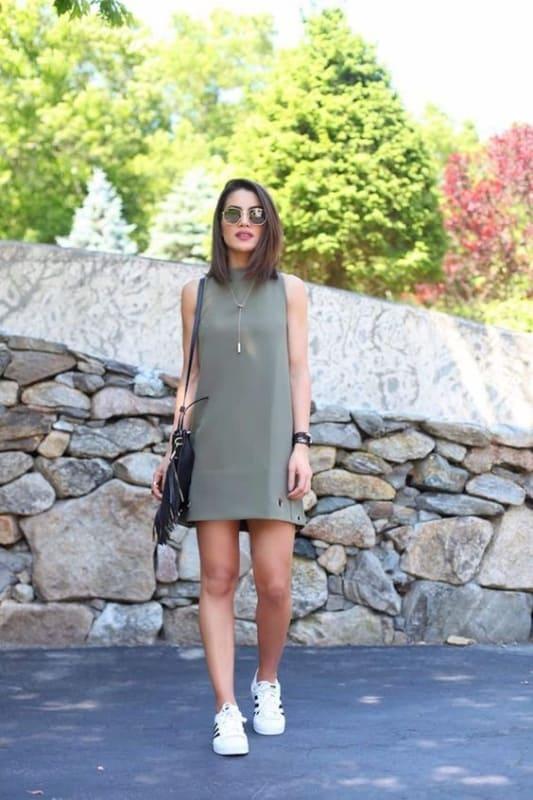 look com vestido verde militar e tênis