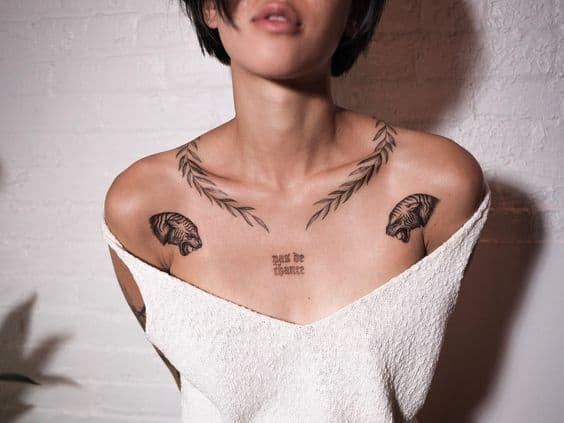 tattoo feminina na clavícula