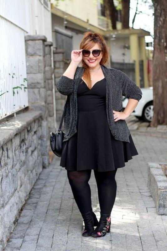 look de inverno plus size com meia calça e bota