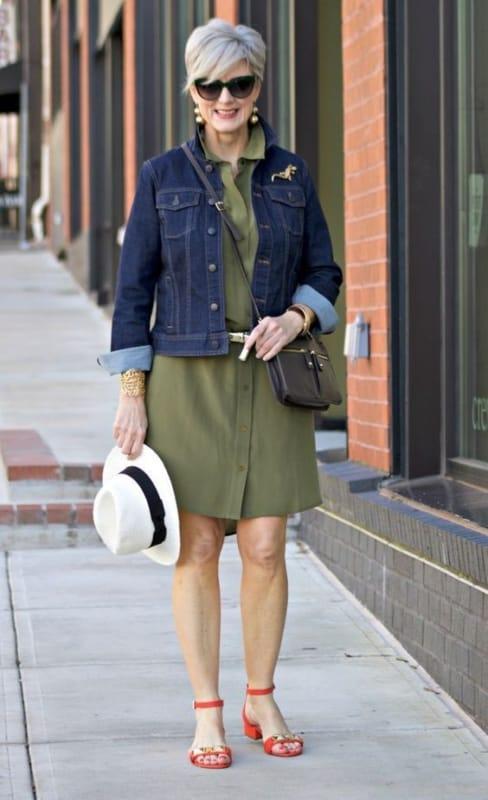 look senhora com vestido e jaqueta jeans