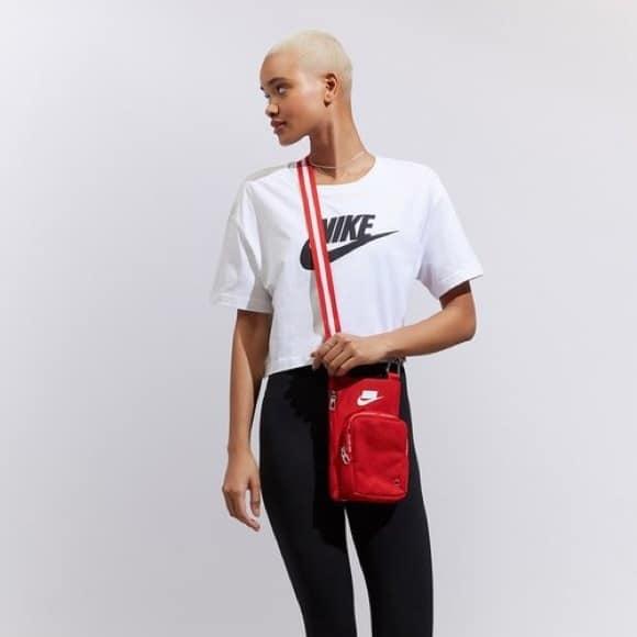 look esportivo com bolsa vermelha
