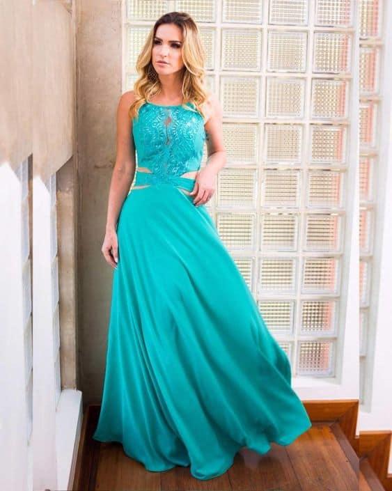 vestido de madrinha azul turquesa com recortes laterais