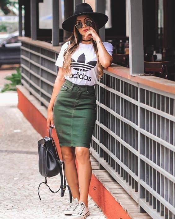 como usar saia lápis verde militar com camiseta