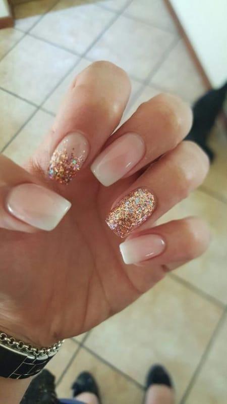 unhas decoradas com ombré e glitter dourado