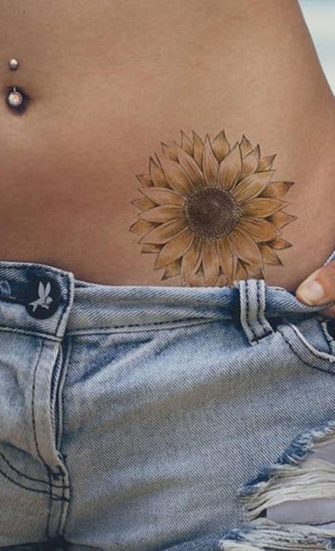 tatuagem de girassol na cintura
