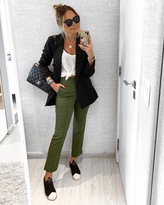 look com calça verde militar e blazer