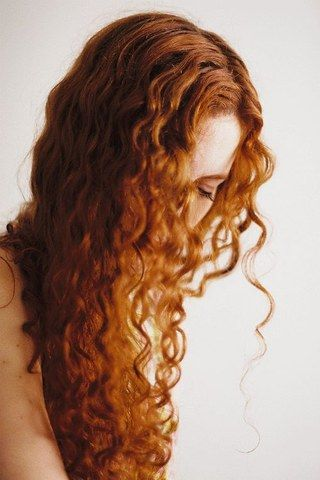 cabelo cacheado ruivo escuro acobreado