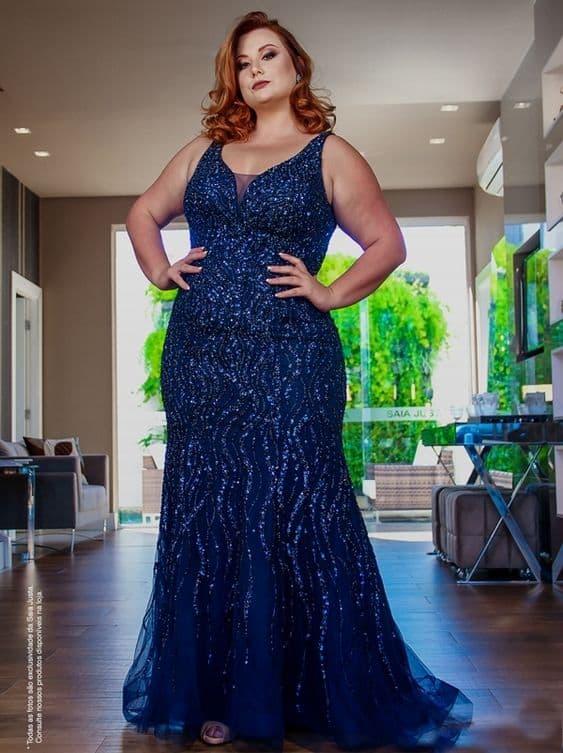 madrinha plus size com vestido azul marinho bordado