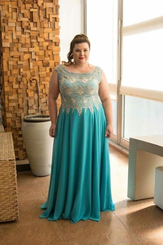 madrinha plus size com vestido azul turquesa