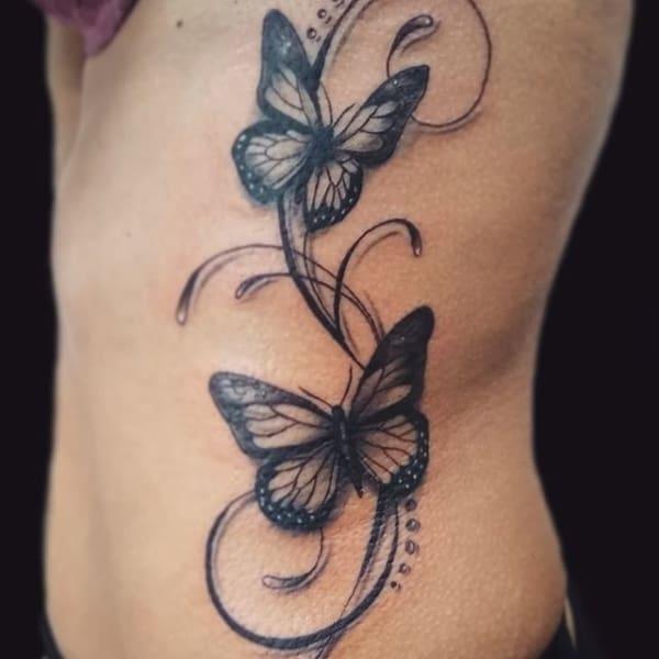 tatuagem de borboleta em preto e branco