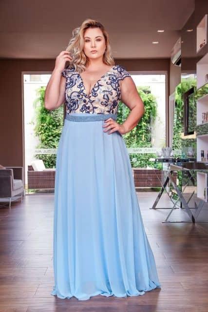 vestido plus size azul claro com bordado