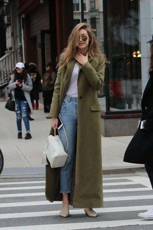 look inverno com calça jeans e casaco longo