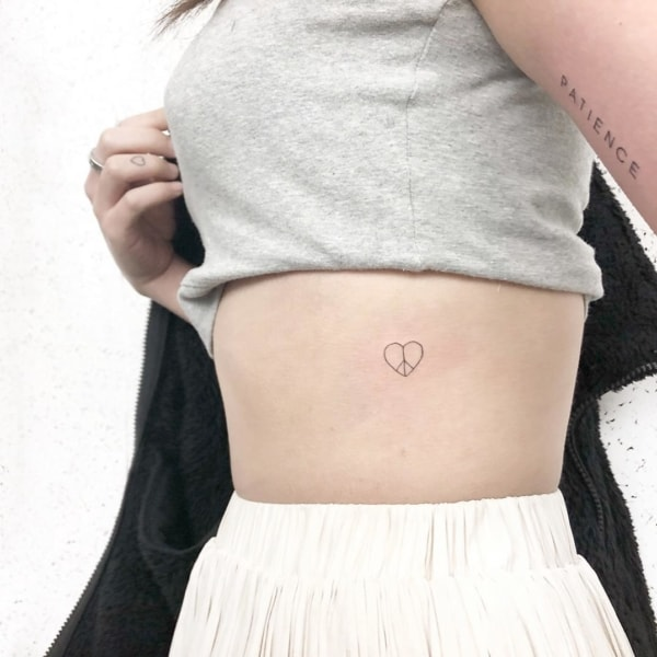 tatuagem feminina discreta e delicada
