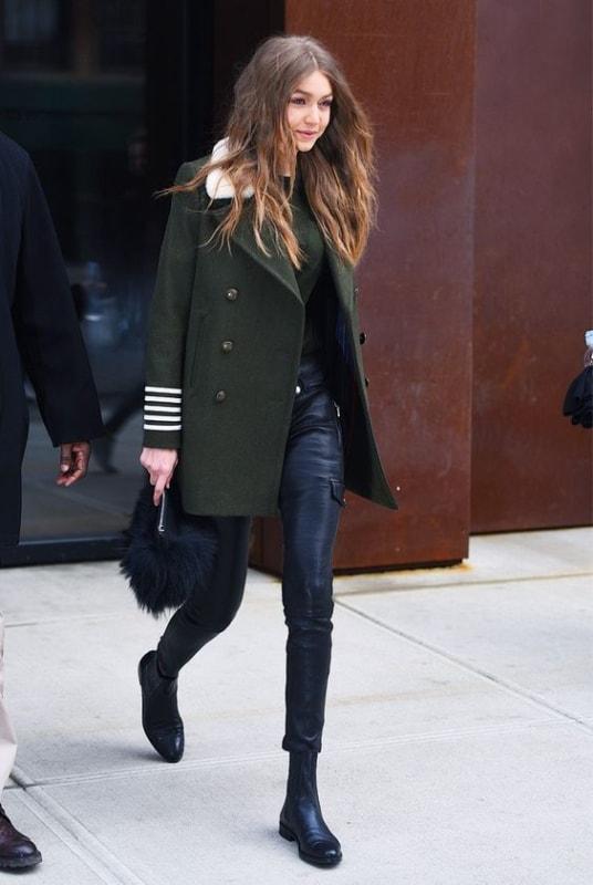 look de inverno com calça preta e casaco de lã