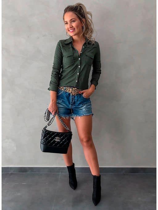 look com camisa verde militar e short jeans