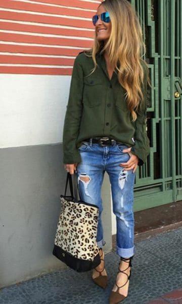 look casual com camisa verde militar e calça jeans destroyed