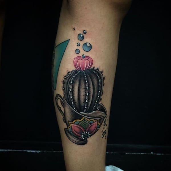 Ideia de tatuagem de cacto na xícara com flor