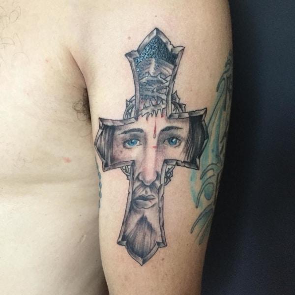 Jesus cristo tatuado na cruz