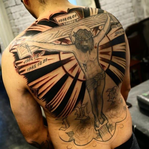 Linda tatuagem de Jesus nas costas