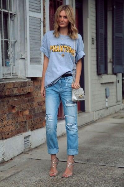 Look feminino com calça jeans e camiseta masculina