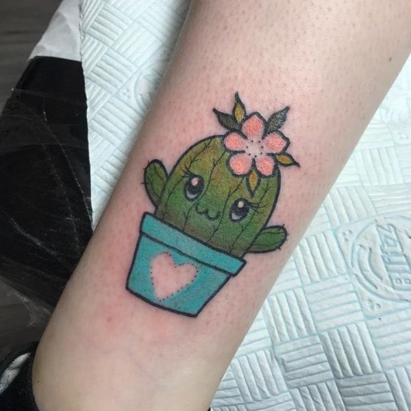 Tattoo fofa de cacto com flor