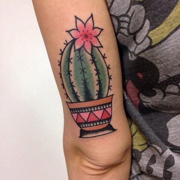 Tattoo no braço de cacto com flor