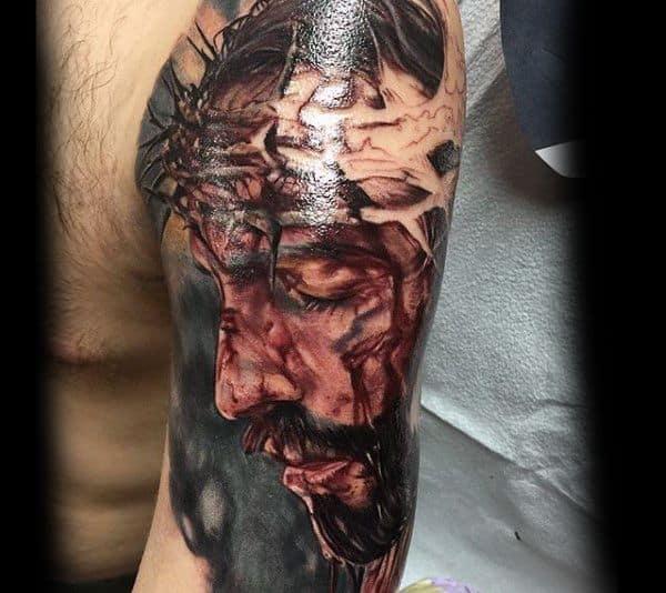 Tatuagem Jesus Cristo no braço grande