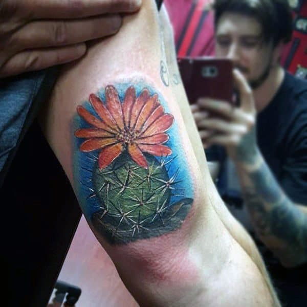Tatuagem aquarela de cacto com flor