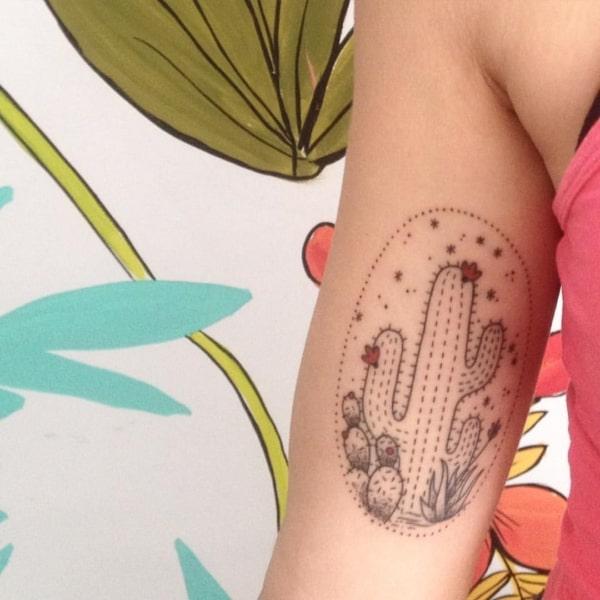 Tatuagem com traço delicado de cacto